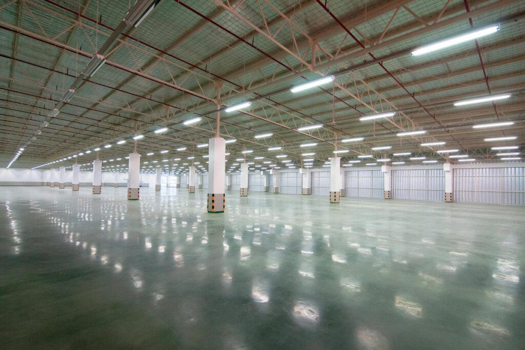 wnętrze hali przemysłowej